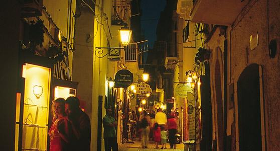 L'atmosfera del centro storico di Vieste in una sera d'estate